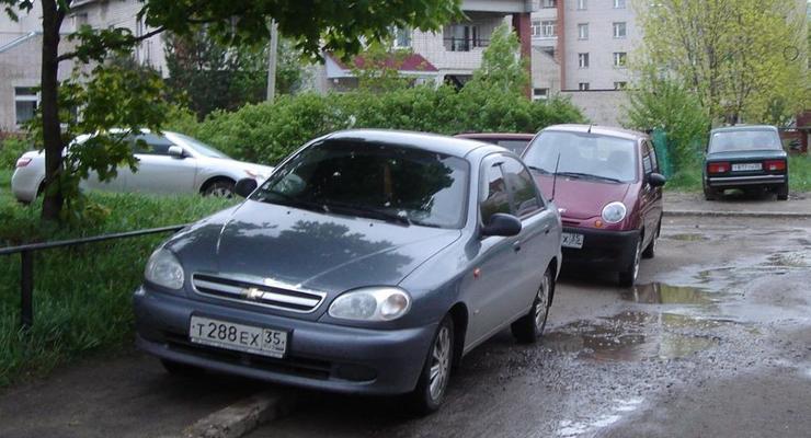 За парковку во дворах с киевлян хотят брать деньги