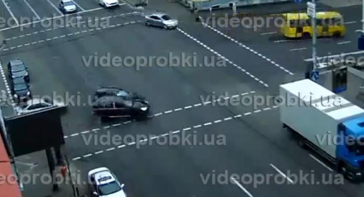 Камера засняла, как в Киеве Porsche въехал в легковушку