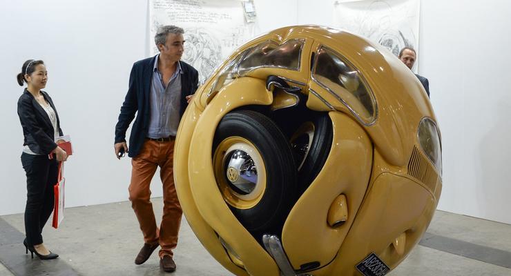 Volkswagen Beetle скрутили в огромный шар металла
