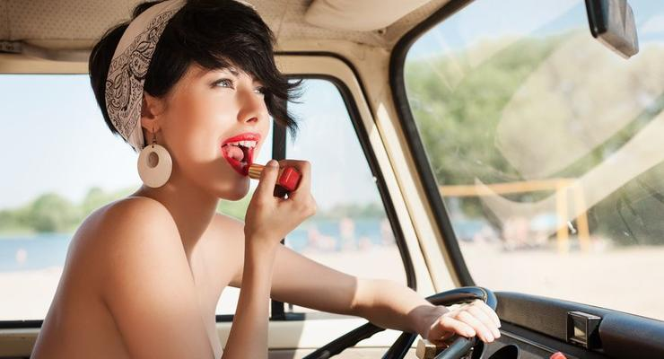 MINI учит девушек, почему нельзя краситься за рулем