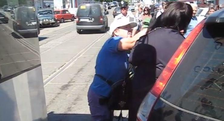 Женщина перекрыла путь трамваю и получила в челюсть