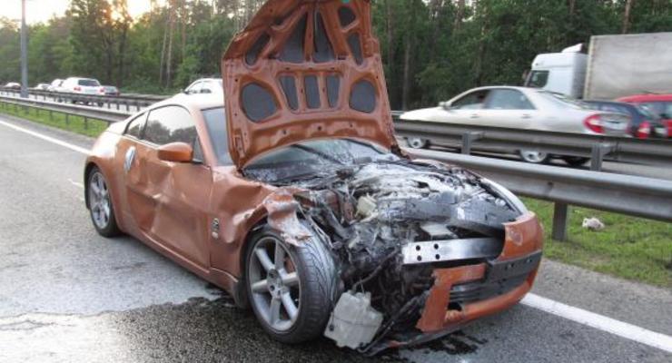 В Киеве спорткар перевернул на крышу кроссовер