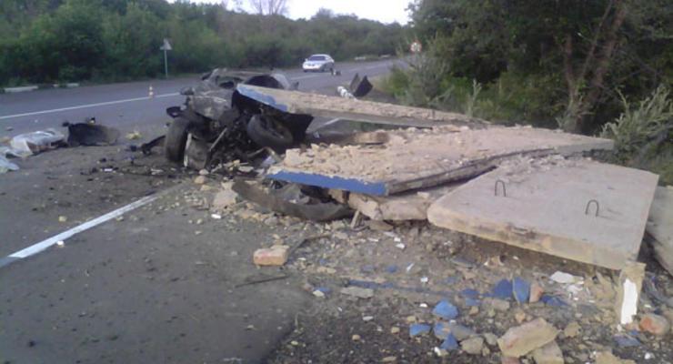 BMW разнес на куски остановку, погибли два человека