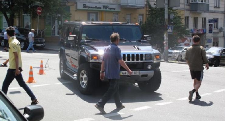 В центре Киева Hummer сбил жену и детей дипломата