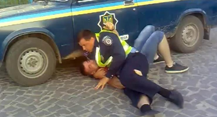 Драка с гаишниками: пассажир получил травмы (ВИДЕО)