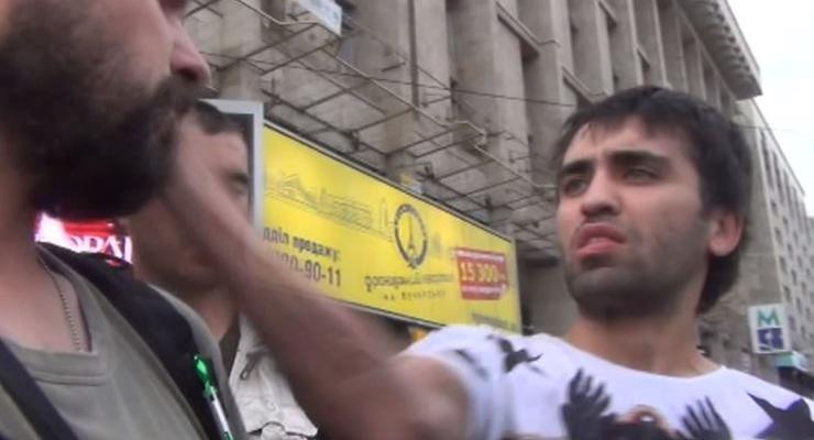 На Майдане участник ДТП ударил журналиста (ВИДЕО)