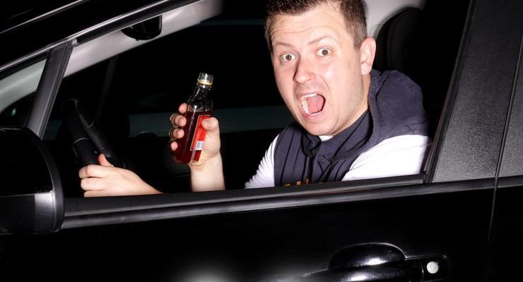 Пьяный водитель позвал друзей и отбился от гаишников