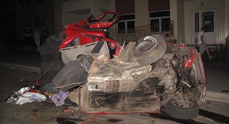 В Киеве разбился BMW, люди вылетели и погибли