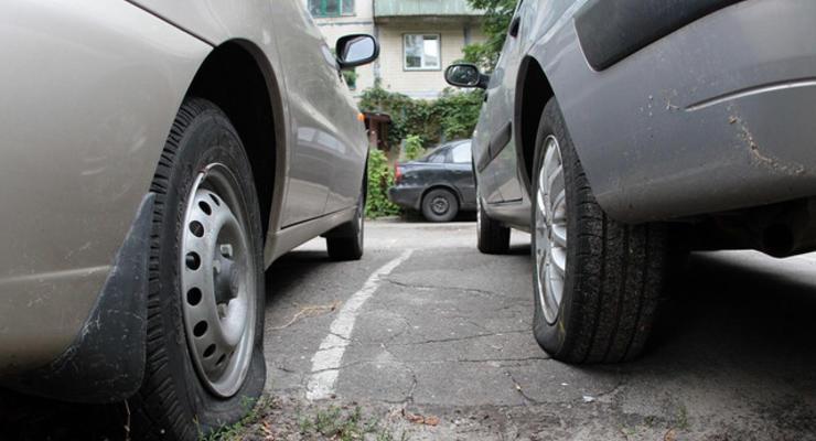 В Киеве за выходные прокололи шины 150 автомобилям