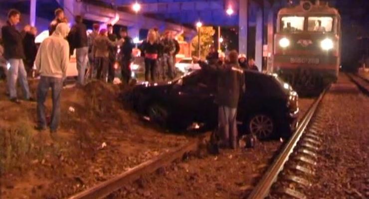 В Киеве девушка на Audi вылетела на пути перед поездом
