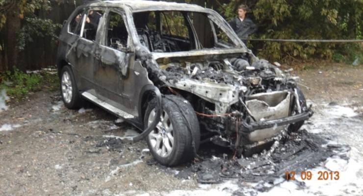 В Киеве средь бела дня сгорел BMW (ВИДЕО пожара)