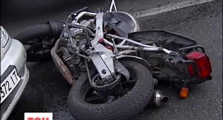 ВИДЕО как в Киеве дорогой Mercedes сбил мотоциклиста