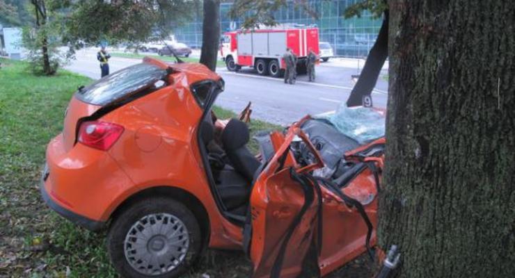 В Киеве девушка на Сеате протаранила дерево и погибла