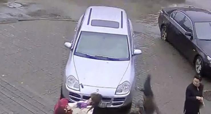 Женщина на Porsche задавила сотрудницу МВД (ВИДЕО)