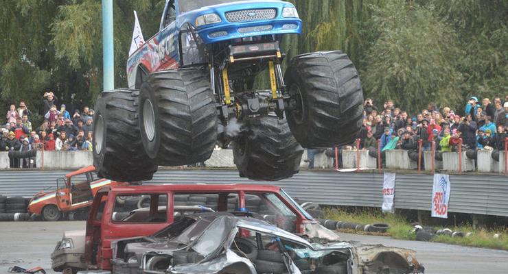 В Киеве монстры-внедорожники прыгали через машины