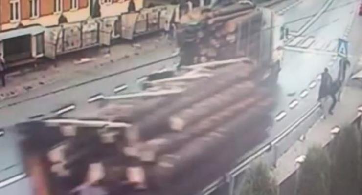 ВИДЕО как грузовик с бревнами убил двух пешеходов