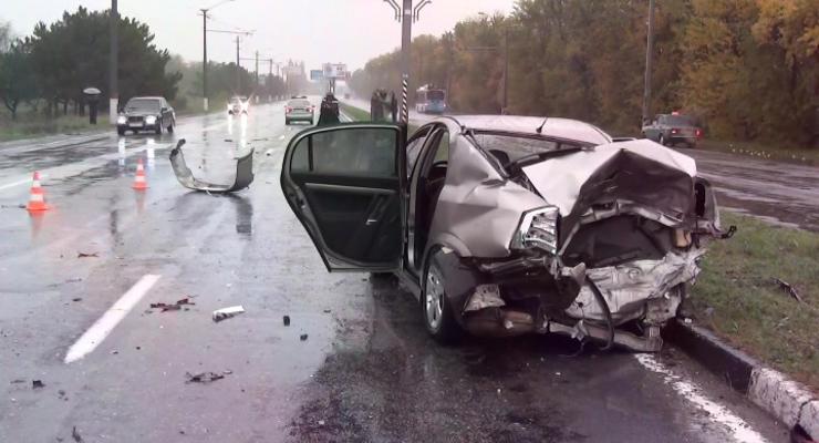 В Крыму девушек выбросило на дорогу под колеса авто