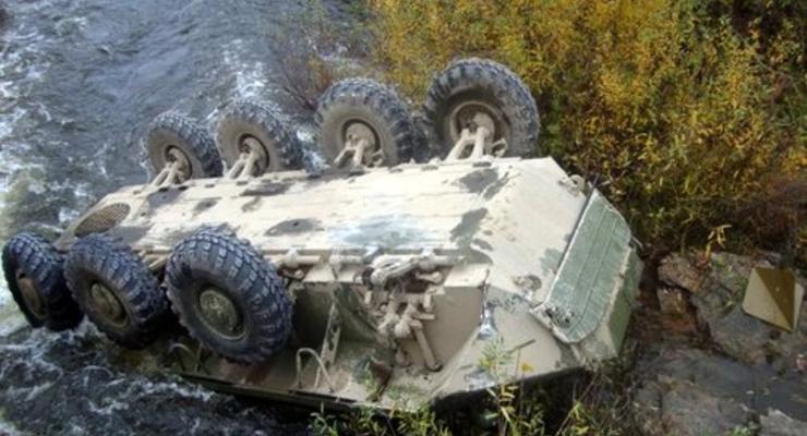 Под Житомиром БТР упал в реку и перевернулся (ФОТО)