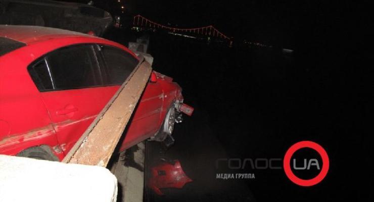 В Киеве бешеная Mazda чуть не улетела в Днепр (ФОТО)