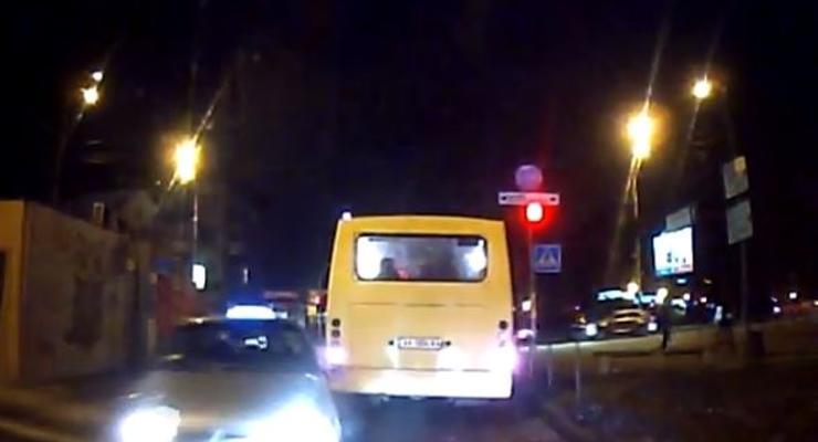 ВИДЕО, как в Киеве таксист протаранил в лоб Шевроле