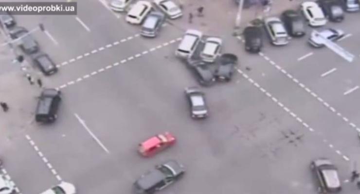 ВИДЕО: в центре Киева нарушитель таранит нарушителей