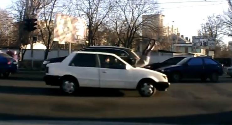 В Одессе машина снесла с дороги беременную женщину