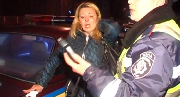Пьяная блондинка из Киева устроила цирк на дороге