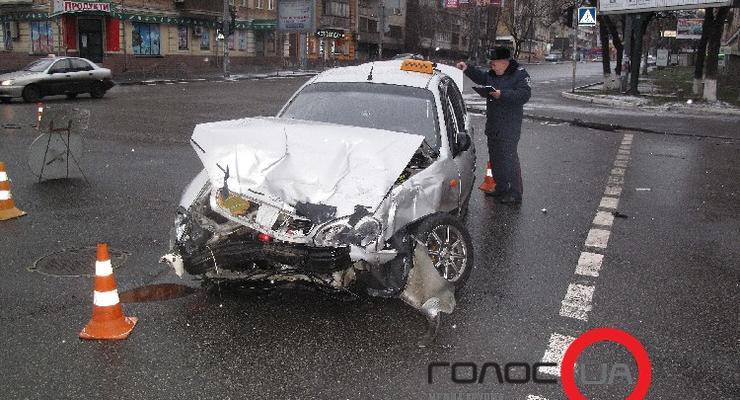 В Киеве такси протаранило полную людей маршрутку