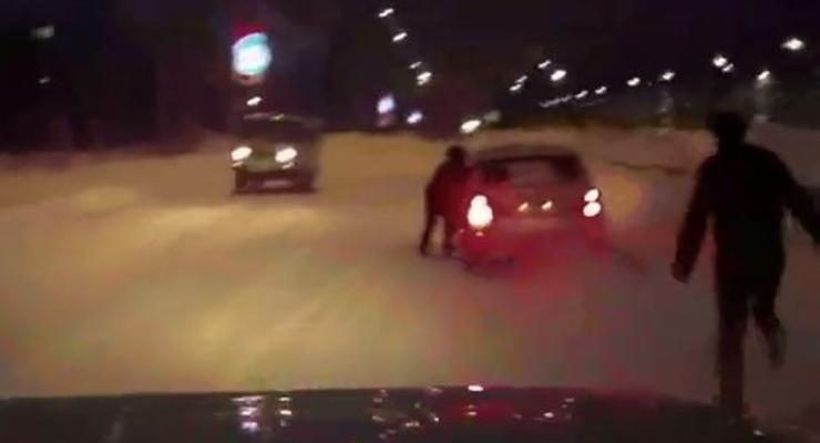 Пьяный водитель прокатил гаишника по снегу (ВИДЕО)