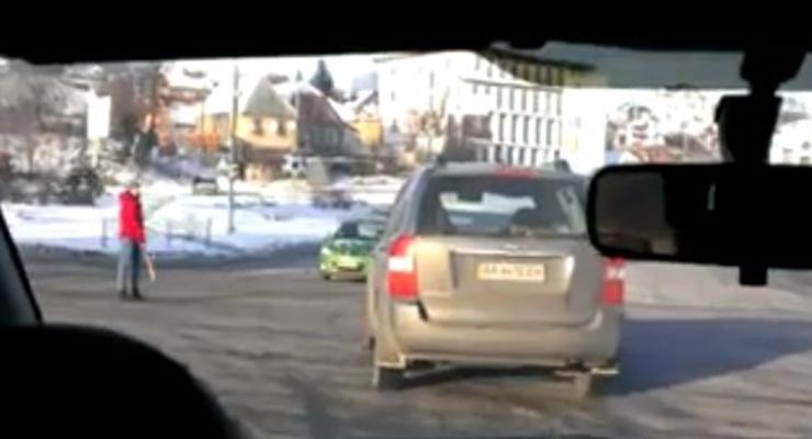 В Киеве девушка битой регулировала движение машин
