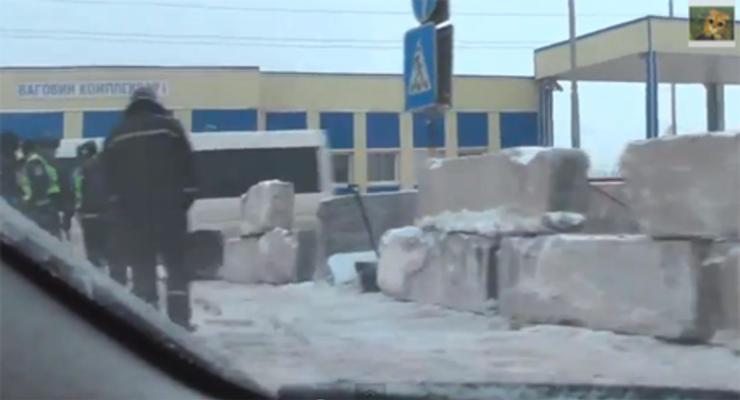 Одесскую трассу от непогоды спасают бетонные блоки