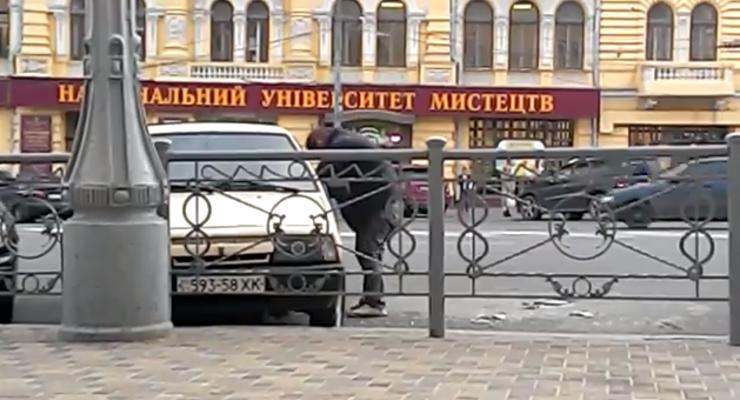 В Харькове люди стояли и смотрели, как грабят машину