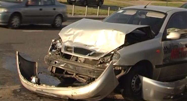В Киеве столкнулись семь машин, есть тяжело раненые