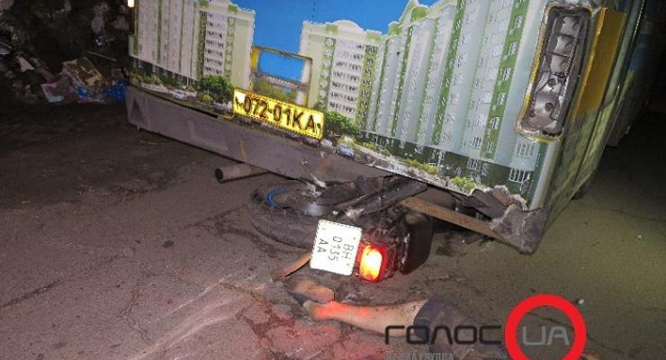 В Киеве работники СТО разбились на чужом мотоцикле