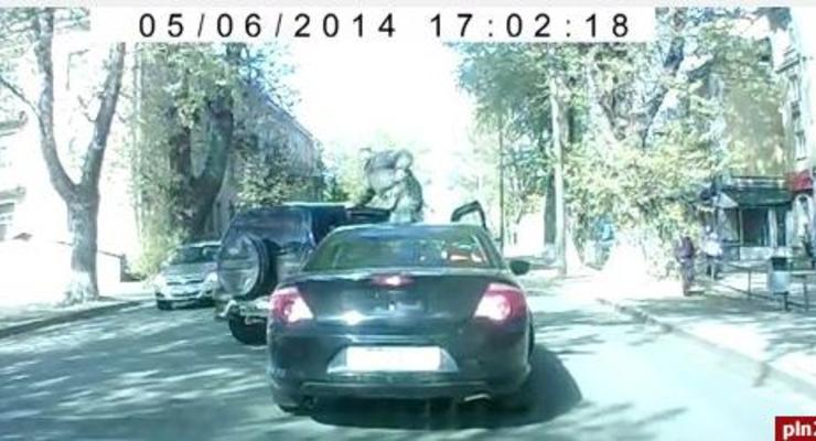 В России пьяные военные напали на водителя (видео)