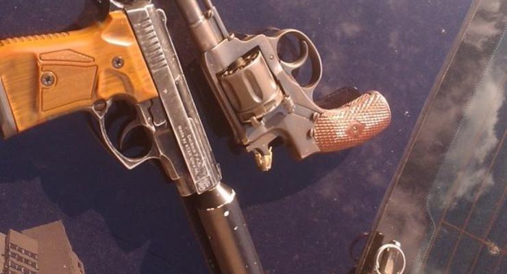 Киевские гаишники забрали у водителя пистолет и гранату