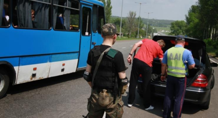 В Донецке боевики стоят вместе с ГАИ и обыскивают водителей (видео)