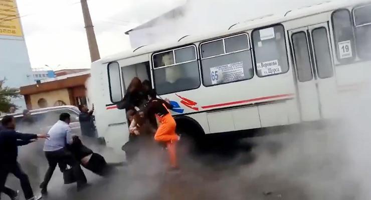 Обжигающий фонтан залил автобус, люди выпрыгивали в кипяток (видео)