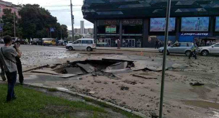 В Киеве возле Ocean Plaza провалился асфальт (фото)