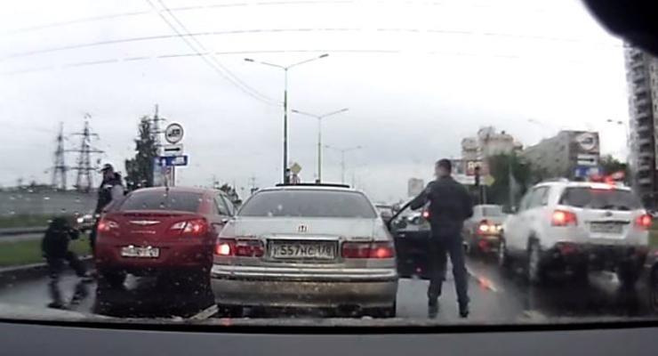 Хам подрезал машину, полез разбираться и получил по лицу (видео)