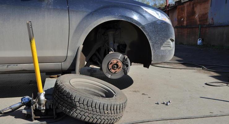 Как поменять пробитое колесо автомобиля девушке