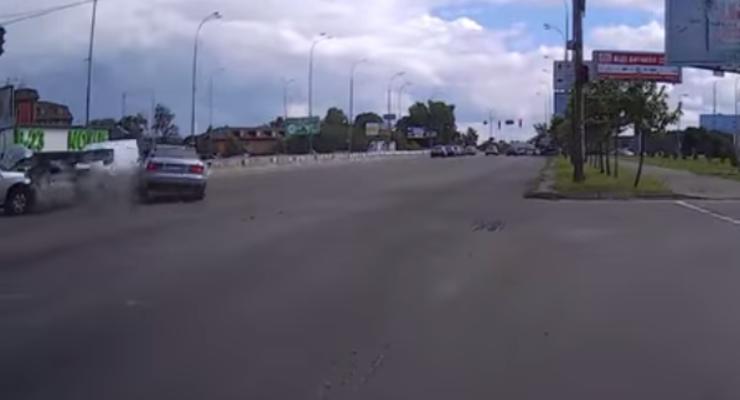 В Киеве печально закончилась попытка Audi проскочить на красный (видео)