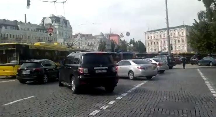 В центре Киева донецкий джип заблокировал движение троллейбусов