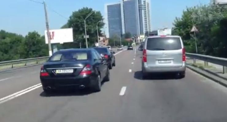 Кортеж Порошенко ездит по Киеву без перекрытия улиц (видео)