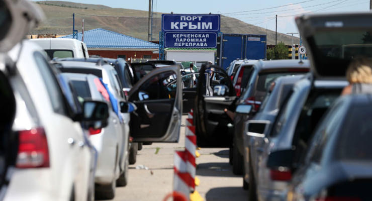 На переправе в Крыму водители перевернули машину депутата Думы