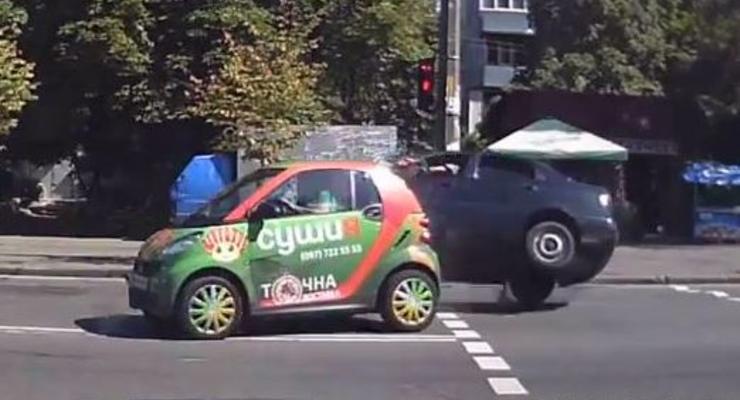В Киеве водитель Ланоса «подбил» Смарт, протаранил остановку и сбежал (видео)