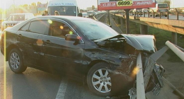 Пьяный водитель Тойоты едва не слетел с Южного моста в Киеве (фото)