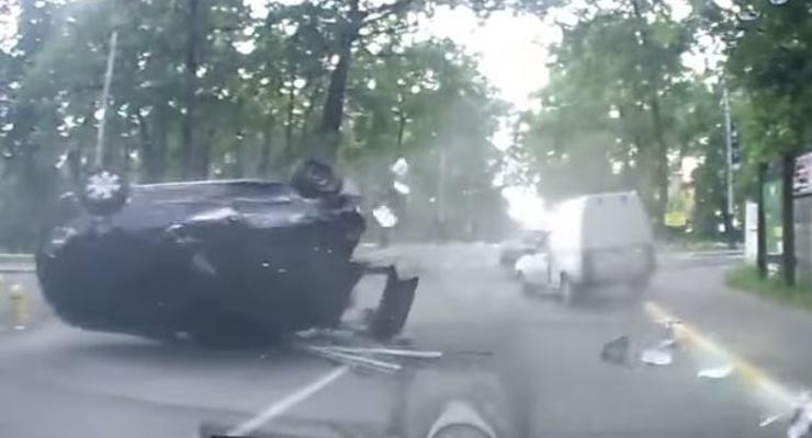 Под Киевом водитель Фольксвагена не уступила дорогу и перевернулась (видео)