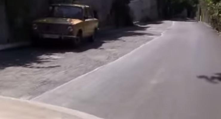 """""""Ноу-хау"""" в Крыму: асфальт кладут на полдороги, но в два слоя (видео)"""