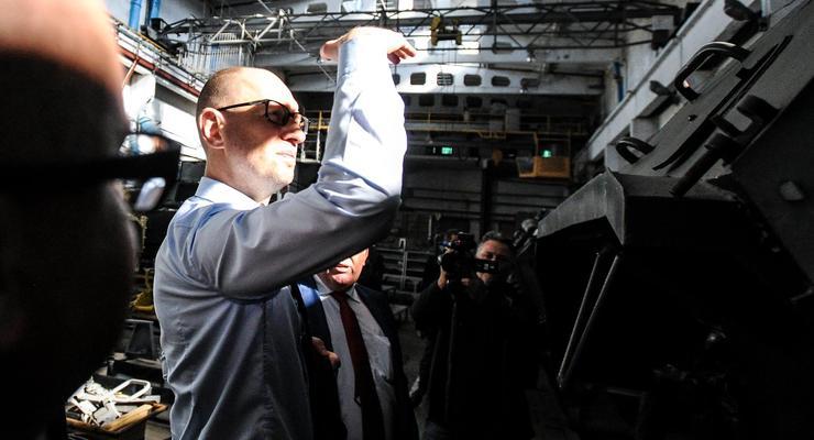 Яценюк: Армия за бесценок сдавала на лом БТРы, которые стоят больше миллиона